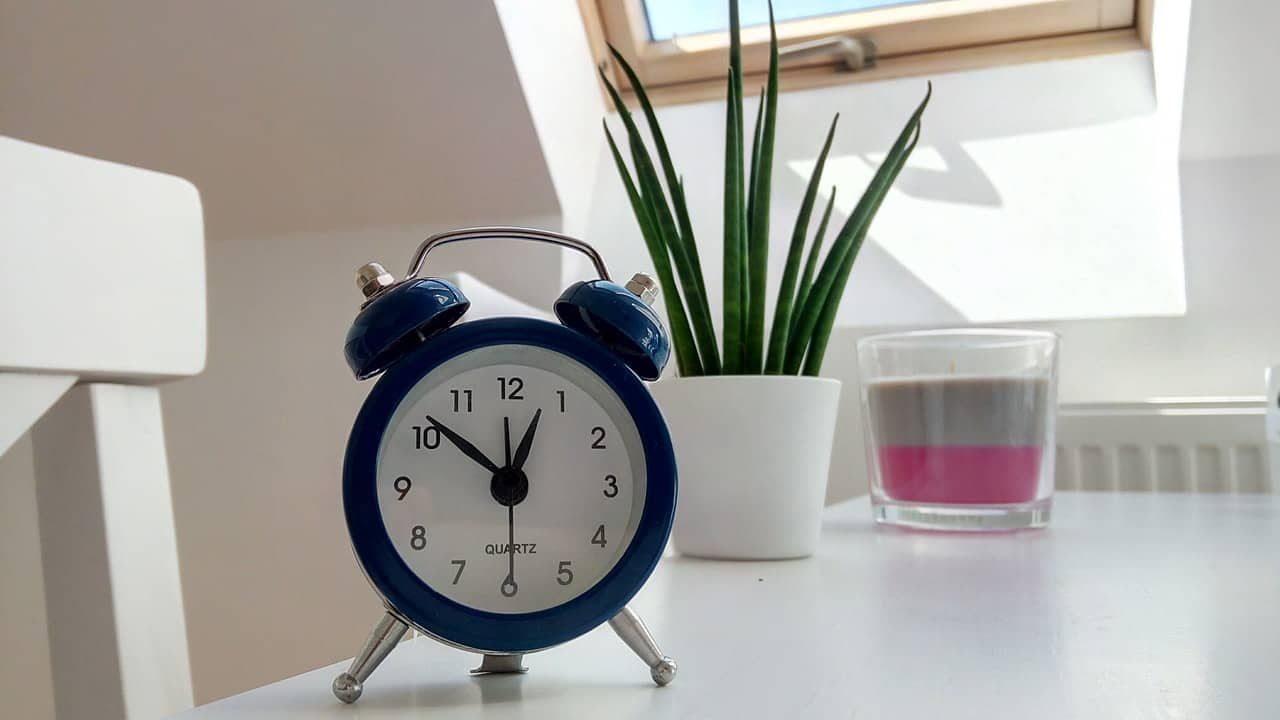 clock setting on table