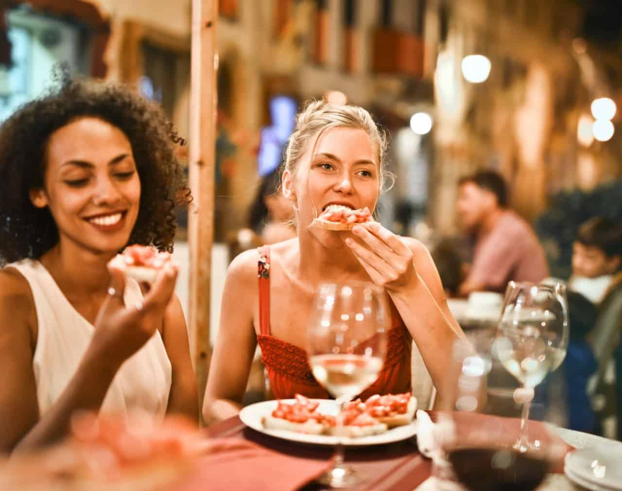 women eating pizza: doordash driver requirements